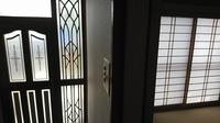 住宅リフォーム〜  玄関サッシ扉を、カバー工法で取り替えします。  断熱タイプと通常タイプ、どちらにしようか迷っています。 築20有余年の木造、サイディング壁内にグラスウール入ってい ますが、窓は従来...