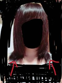 くせ毛。うねり。 お風呂から上がって髪を乾かした後普通はサラサラでまっすぐですよね?この写真は髪を全部前に持っていった写真なんですけど、くせ毛が本当にひどいんです。何回も髪を染めたり、アイロンをしすぎたせいですよね…泣 毎日ドライヤーの前にヘアオイルを塗ったり、アイロンをやめたりしているのですが、やはりくせ毛は治りません。どうすればいいでしょうか…(>_<)