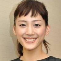 例えば綾瀬はるかさんのような、かなり短い前髪ってどうやってセットするのでしょうか? 普通なら浮いてしまうと思うのですが・・・ もちろんドライヤーのかけ方は重要になってくるとは思いますが、他にコツなど...