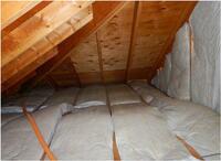 屋根裏の点検の際、断熱材らしきものがふくらんでいた。 ご質問お願いいたします。 ...  屋根裏の点検の際、断熱材らしきものがふくらんでいた。  ご質問お願いいたします。 屋根裏の断熱材が部分的にふくら...