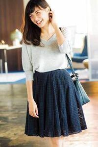 高校生で清楚系ファッションっておかしいですか?私がいつも着てるのはこんな感じなんですが、今の高校生って言ったら膝上のデニムスカートとか足を結構出すじゃないですか。でも、私は足を出したくなくて膝が隠れる 丈のスカートをいつも選んでシンプルに着るようにしています。  友達には「あんまり高校生感ないよね笑」って言われました。確かに高校生というか大学生?下手したらアラフォーのような格好です。  後、...