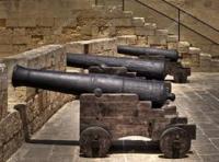 十字軍や騎士団と大砲や銃器などの火薬兵器について質問です。 十字軍とは、中世に西ヨーロッパのキリスト教、主にカトリック教会の諸国が、聖地エルサレムをイスラム教諸国から奪還することを目的に派遣した遠征軍のことなのですが、ここで質問です。 十字軍や十字軍遠征に参加した騎士団には、大砲や銃器などの火薬兵器を使用したことはあったのでしょうか?