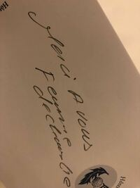 フランス語ができる方にお聞きしたいです。 こちら(画像)なんと書いてありますか??  フランス旅行中に部屋へ戻るとテーブル上のメモ帳にこう記されていました。わかる方是非教えていただきたいです。