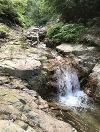 この滝の上に、すごい光景を見つけることができました。山口県防府市です。 去年5月から水晶探しをしました。そして、半年くらいして、この連続した滝の上に上って見て、その上ですごい光景を見ました。防府のよ...