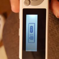 チャレンジタッチの努力賞でMP3を貰ったのですが今日パソコンで音楽を入れようと色々やっていて、MP3の画面を見たらHOLDっていう画面になってどこのボタンを押してもそうなりますどうしたらいいのでしょう!!