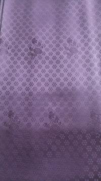 この濃い紫の色無地の地紋は何でしょうか? 子供の入学式、卒業式に着てもよいものですか?