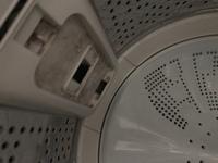 洗濯機の糸くずフィルターを取り付けるところの掃除について。(汚れてる写真を載せてるので閲覧注意)  閲覧ありがとうございます。 洗濯機の掃除について質問があります。 日立のBW-T803 という洗濯機を使っているのですか、糸くずフィルターを取りつけるところの掃除はどのようにすればよろしいのでしょうか? 写真をつけましたが黒く汚れてしまっているので掃除をしたいのですが…やり方が分から...