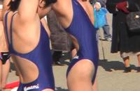 右の水着の子、けっこうなハイレグで、横から見ると、ちょっと布がズレたら大事なところが見えそうです。 こういう水着に本人や親は抵抗ないのでしょうか?