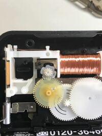 安物の掛け時計です。コイルの左横の磁石と一体になった歯車が10度ほどの正転・反転を繰り返します。コレは正常な動きですのん?