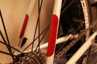道路交通法では自転車に反射器材の装備が義務付けられています。 ママチャリに最初から装着されている赤いリフレクターなら問題ありませんが、以下のような反射シールは道路交通法の基準に適合するでしょうか?