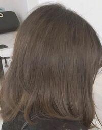 エクステをつけたいと考えているのですが、若干くせ毛(毛先が跳ねやすい)で毛量も多いほうだと思います。アホ毛も目立ちます。 エクステは縮毛矯正してからのほうが良いでしょうか? また、同じ美容院で同じ日...