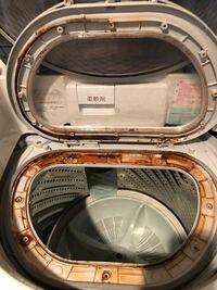 洗濯機の内蓋内のサビ これはもう買い替えでしょうか? パナソニックのNA-FR805Sを7年近く使っています。 最近、洗濯後に内蓋を開くと内蓋の上から水がボタボタと落ちてくるようになりました。 以前から多少あったのですが、最近は水量が増えたのでよく見てみると、洗濯槽の上(内蓋の左奥あたり)に水が溜まっているようでした。 そこで、どこか詰まってしまったのかと思い色々と掃除してみました。 それで...