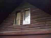 ログハウスの外壁の塗装要否  写真の状態です。 屋根の軒部分は素人が見ても、塗装が剥げているのでそこだけは塗装しますが、本体の外壁(写真)は特に違和感(問題)もないように見えるのですが、塗装が既に必...