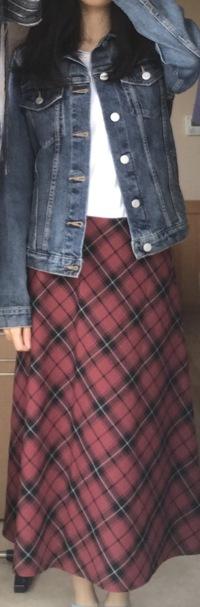 中学生女子です。 このコーディネートはありでしょうか? また靴下は何色のものがいいでしょうか。