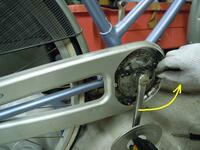 自転車のペダルは工具なしで外すのは無理ですか? チェーンのフルカバーを外すためにペダルを外さなきゃいけないんですが 工具は持ってません