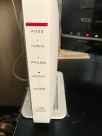 急にインターネットが繋がらなくなりました。私の家ではWSR-1166DHP3という中継器を使っていて昨日までは普通にネットが出来たのですが、今日になり下の図のようにインターネットのランプだけ消灯してしまいました。 ルーターや中継器等を再起動させたり、BUFFALOの公式サイトに行って解決策を探しましたが特に進展はなく…どうすればいいのか分からなくなりました。詳しい人がいらっしゃいましたら、ア...