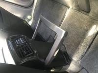 ハイラックスサーフ  ハイラックスサーフ215平成15年式のSSR-Gに乗っています。  画像の後部座席のエアコン部分にあるバーのものは何に使うのでしょうか? 使い方がわからないので質問しま した。  わかる...