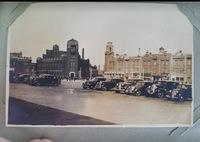 建造物の名前を教えてください。 満州国時代の大連だと思います。右と左の大きい建造物の名前が知りたいです。