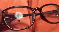 このメガネどこで買えますか?  メガネ裏に書いてある文字が小さくて、どこのお店かわかりません。   判る方いれば教えてください!