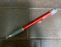このボールペンのメーカーが知りたいです。 いつの間にか家にあったこのボールペンですが、とても書きやすくて、新しく購入したいと思ってます。 しかし、ペンにはメーカー名やバーコード、商品名などの記載が何...