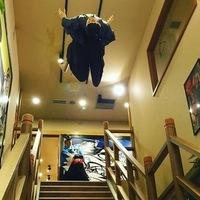 (`∇´)【大喜利】   『階段落ち』の巻  新撰組の時代劇で有名になった場面といえば、池田屋事件の「階段落ち」です。   [問題] 階段からの『面白い落ち方』をお考えください?