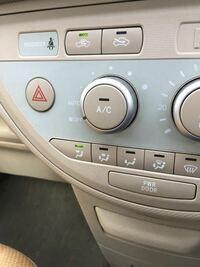 車のエアコンの温度調整の所を調整して、自然で暖かい空気や冷たい空気は流れますか?エアコンや暖房はつけないで。温度調整と内気、外気を操作して。