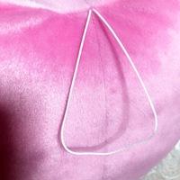 UFOキャッチャーでぬいぐるみを取ったのですが、 上の紐を上手に切れる方法を教えてください!