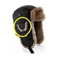 フライトキャップ、パイロットキャップ などと呼ばれるこのタイプの帽子について質問です。 画像の黄色い○の部分は耳当てだと思うのですが、なぜ外側に付いているのでしょうか? 頬~顎を覆う 大きなフラップ?...
