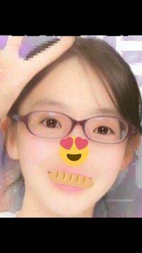 【メガネ画像有】中学女子です。私は目が悪いのでプリもメガネをかけたまま撮るのですが、左右で目の大きさが毎回違います(写真でいう右側が小さい)。何故でしょうか?個人的には度数はそんな強いと思わないのですが 、写真を見る限りは強いのでしょうか。