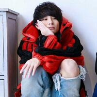 youtuberのワタナベマホトさんが動画で来ていたこの赤いジャケットを探しています。 どこのブランドかわかる方いらっしゃいますか?