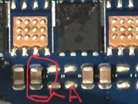 マザボ修理!!このコンデンサ 写真の赤丸のなかは壊れていますか?また何という型番なのでしょうか?透明の大きなセロハンが貼られていますが、ほこりでかなり汚いです。セロハンを全て取っても大丈夫ですか?代わ りになにを貼ればいいのでしょうか?  お手数かけますが宜しくお願いします。