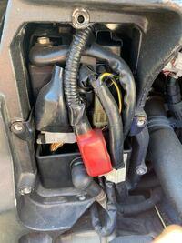 ZX-12R バッテリーASSYについて ZX-12Rのバッテリー交換をしているんですが、写真の赤く写っているコードがバッテリープラス側から出ていて、先はどこにも繋がっていませんでした。  今回自分でやるのは初のバッ...