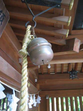 神社とかお寺のお賽銭箱の上についてる、大きな鈴(ジャラジャラ鳴らすやつ)がありますよね。あの大きな