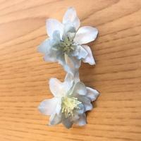造花を探しています。 写真の造花を探しています。以前購入したもので、また購入したいと思っているのですが、商品名や花の名前などが分からず見つけられずにいます。 実際は枝に複数の花が付 いている状態で購...