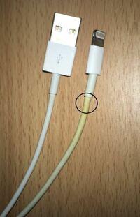 iPhone純正ライトニングケーブルを保証期間内なので交換してもらおうもおもっているのですが、ちょっと黄色く変色して断然した跡があるんですが無料交換していただけるのでしょうか?たまに充電できるのですが角...