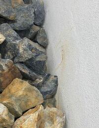 ブロック塀にジョリパットで仕上げた、庭の壁に最近ちょこちょこ、画像のように石からのさびうつり が発生しています。 きれいに落とす方法や、サビ予防できる方法が何かあれば知りたいのですが、 ご存知の方教え...