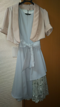 結婚式参列用のワンピース、羽織 24歳の会社員です。 結婚式参列用のワンピースと羽織ものについて教えてください。 写真のワンピース(薄い青)とボレロ(シャンパンゴールド)で出席しようと思っていたのですが...