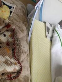新生児の吐き戻し防止枕についてご意見ください。 新生児が長時間抱っこしてても、横にすると吐き戻しをします。寝ているときも苦しそうに唸って時間差で吐き戻します。 吐き戻し防止枕を購入したのですが、新生...