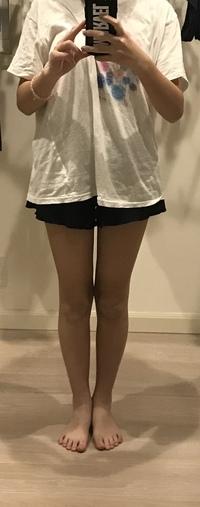 中1で身長157cmの女子です。 自分の足 細いですか?よく友達に細い細いと言われるんですが、どうにもそうは思えなくて…。 あと、自分体重何kgに見えます?(服でよくわからないかもですが…)