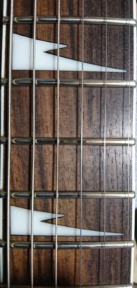 エレキギター フレット減りについて ギターソロの練習を繰り返ししていたのですが、チョーキングを行った場所がこのようになってました。  まだ初心者で分からないのですが、すり合わせなどやることになるでしょうか。  回答よろしくお願いします。
