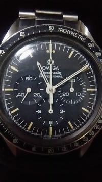皆様にご指摘頂きました画像を添付して、再質問致します。 オメガ 下がりrについてです。 祖父に譲って頂いた時計なのですが、オメガスピードマスター プロフェッショナル 下がりr。短針、長 針が空洞?で裏面...