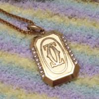 引き出しを整理していたら出てきました。 20年程前に祖母から貰ったネックレスです。 シャネルっぽいマークですが、これは本物ですか?パロディですか?
