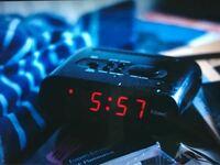 海外の映画でよく見るこういう平べったくて、「ビービー!!」とうるさいアラームの目覚まし時計はどこに売ってるんですか? ネットで調べてもあまり出てこないので...