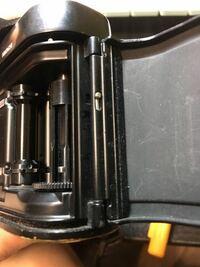 Nikon F3 遮光について フィルムカメラ裏蓋の遮光スポンジ(モルト)に関しての質問です。  写真中央部のフェルトでもスポンジでもない遮光の素材は何でしょうか? モルトの交換は自分でも出来るのですが、この部分の素材は普通に購入できるものでしょうか? この部分はモルトに交換しても大丈夫でしょうか? 他のフィルムカメラでは、スポンジが貼ってあるものもあるのですが、交換しようか修理に出すか迷っ...