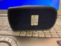 実家でパソコンマウス を見つけました。これはどのように使えばいいのでしょうか…ワイヤレスのようなんですが、繋ぎ方がわかりません。そこそこ古いもののようです。どなたかわかる方教えてくださいっ!