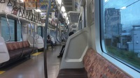 なぜJR東日本エリアの中央線は狭苦しいロングシートしかないのでしょうか?  JR東日本エリアの中央線は画像のようなロングシート車両しかないけど。   ※ 運賃以外に料金が必要な車両を除く。