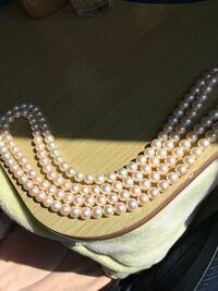 アコヤ真珠でしょうか?淡水真珠でしょうか? 8mmの本真珠として購入しました。 素人目ですがエクボも干渉色もあるような感じがします。 おそらくで良いので教えていただけますと幸いです。