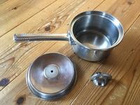 片手鍋の蓋の取っ手のネジが取れて紛失してしまい、蓋を使う事が出来なく困っています。 どこのメーカーの鍋か分からず、ネットで調べても分かりませんでした。 鍋は直径150mmでIH対応です。 恐らくステンレス...