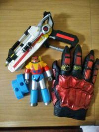 おもちゃ、玩具にお詳しい方にお伺いしたいと思います。 画像の3点は何でしょうか?(名称等)   ヤフオクで子供用にと「男の子用おもちゃまとめて」を購入した中に入っていたものです。 小さな段ボール1箱分位の量...