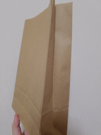 ポストカードを発送しようと思ったのですが厚紙で補強したら大きくなったので100均の紙製のギフトバッグに宛名を書いて発送しようと思ってるのですが、このギフトバッグでもポストカードのサイズに合わせて折れば...